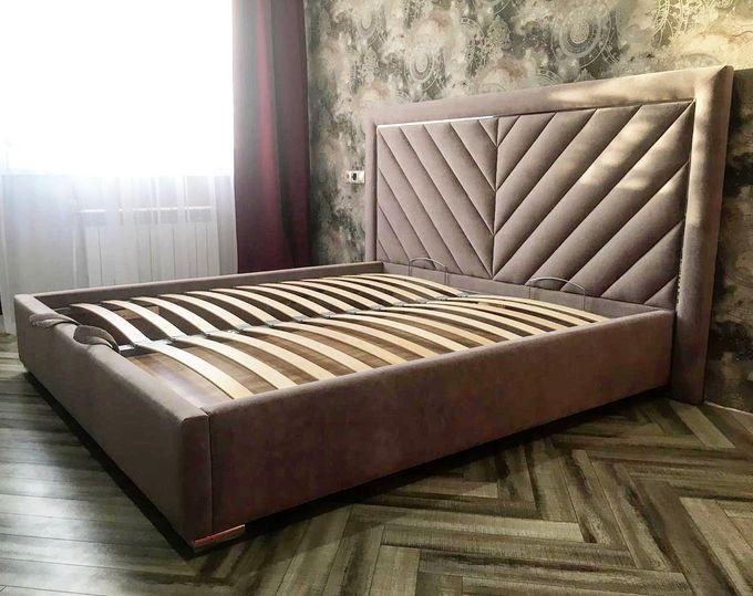 Кровать с мягким изголовьем и латунным профилем фото 371