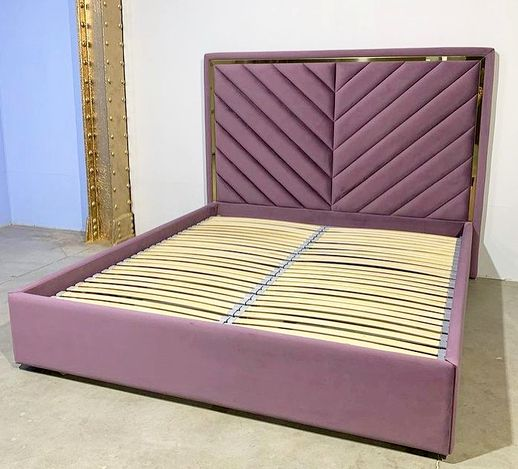 Кровать с мягким изголовьем и латунным профилем фото 375