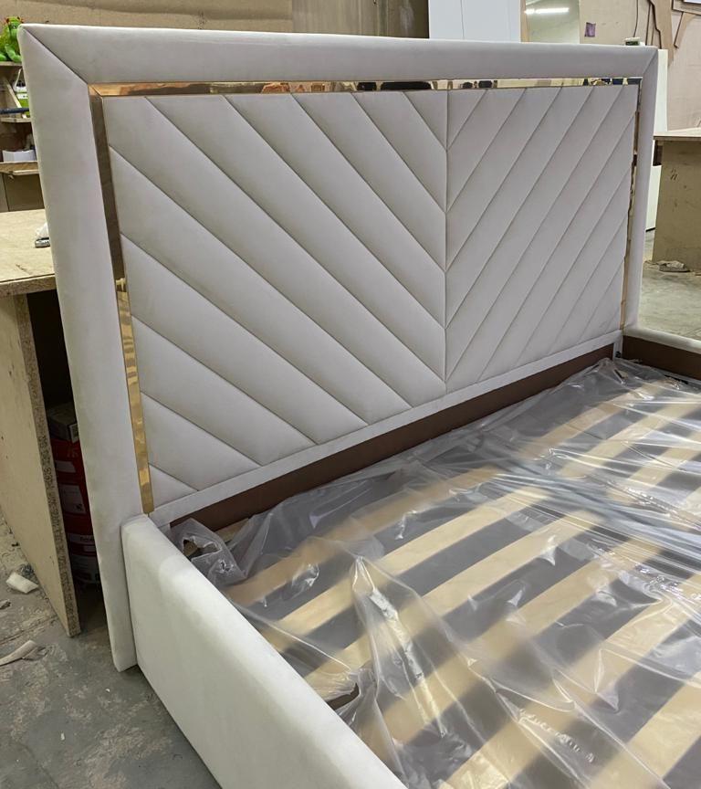 Кровать с мягким изголовьем и латунным профилем фото 377