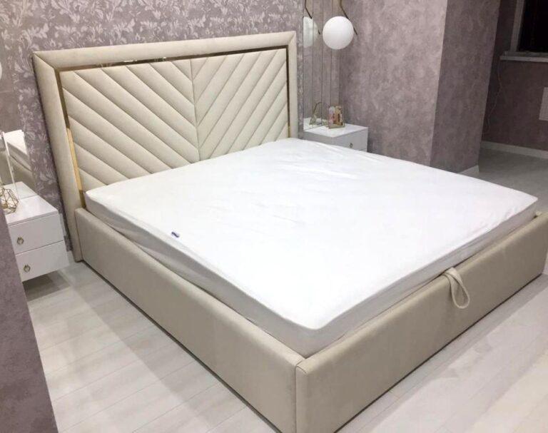 Кровать с мягким изголовьем и латунным профилем фото 378